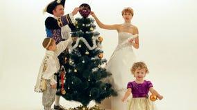 Gli aristocratici si agghindano l'albero stock footage