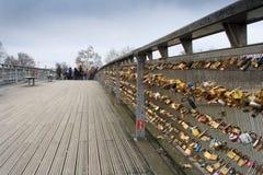 Gli armadi a Pont des Arts simbolizzano l'amore per mai Fotografie Stock Libere da Diritti