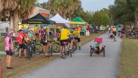 Gli arrivi iniziali ad una bici di domenica mattina guidano, editoriale fotografie stock
