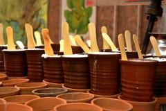 gli articoli di terra del kullhad in pieno del lassi delle lassie hanno impilato insieme e aspettano per essere serviti immagine stock