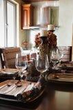 Gli articoli per la tavola eleganti su una tabella di pranzo Fotografia Stock Libera da Diritti
