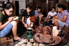 Gli artigiani del batik hanno scolpito i motivi del batik su legno fotografia stock libera da diritti