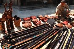 Gli artigiani del batik vanno in giro i prodotti di legno immagini stock libere da diritti