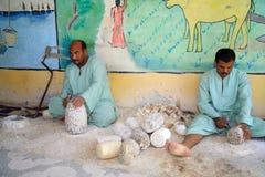 Gli artisti egiziani fanno i bei oggetti con semplice significa Fotografia Stock Libera da Diritti