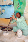 Gli artisti egiziani fanno i bei oggetti con semplice significa Fotografia Stock