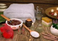 Gli asciugamani della stazione termale ed i prodotti molli bianchi della stazione termale con gli ibischi fioriscono Immagine Stock