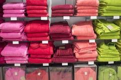 Gli asciugamani, le pantofole e gli accappatoi sopra accantonano Fotografia Stock Libera da Diritti