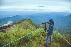 Gli asiatici dell'uomo viaggiano si rilassano nella festa Paesaggio della fotografia sul Moutain immagini stock libere da diritti