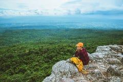 Gli asiatici della donna viaggiano si rilassano nella festa Natura della montagna di vista sulle scogliere immagini stock libere da diritti