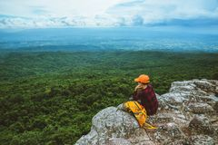 Gli asiatici della donna viaggiano si rilassano nella festa Natura della montagna di vista sulle scogliere immagine stock libera da diritti