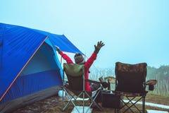 Gli asiatici delle donne viaggiano per rilassarsi il campeggio nella festa Sul Moutain thailand fotografie stock libere da diritti