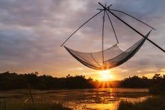 Gli asiatici foggiano per la pesca con il colore del tramonto sul backgrou vago immagini stock libere da diritti