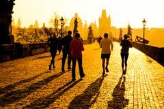 Gli atleti del corridore hanno allenamento pareggiante di mattina su Charles Bridge a Praga, repubblica Ceca Stile di vita sano e Fotografia Stock Libera da Diritti