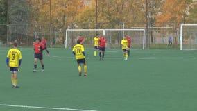 Gli atleti di sconosciuti stanno giocando a calcio stock footage