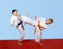Gli atleti eseguono le scosse accoppiate del battito di esercizi Fotografie Stock Libere da Diritti