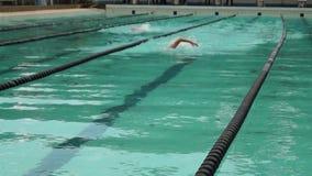 Gli atleti maschii sono stile libero preparato in preparazione dell'avvenimento sportivo annuale venente di nuoto stock footage