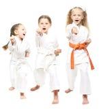Gli atleti si sono vestiti in mano bianca del battito del kimono Immagine Stock Libera da Diritti