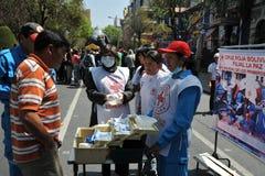 Gli attivisti della croce rossa insegnano al pronto soccorso della gente su una via della città Fotografia Stock