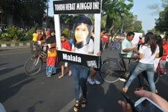 Gli attivisti indonesiani celebrano il premio del premio nobel per la pace di Malala Yousafzai Fotografia Stock Libera da Diritti