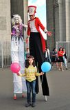 Gli attori della via camminano sui trampoli e posano per le foto a Mosca Fotografia Stock Libera da Diritti