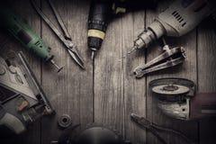 Gli attrezzi per bricolage elettrici (il trapano del cacciavite ha visto il jointer del puzzle) completano la v Fotografia Stock