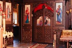 Gli attributi della chiesa ortodossa, fonte, icona, incrocio, stanza di preghiera dentro la chiesa immagine stock