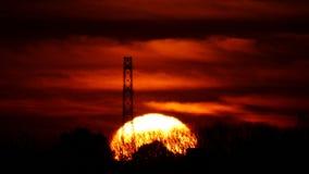 Gli aumenti del sole nell'incandescenza di mattina stock footage