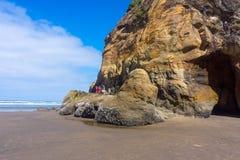 Gli aumenti della famiglia abbracciano la costa dell'Oregon di formazione rocciosa del punto fotografia stock libera da diritti