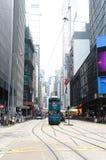 Gli autobus a due piani viaggiano durante le vie nella centrale, città di Hong Kong Fotografie Stock Libere da Diritti
