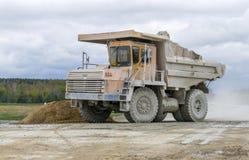 gli autocarri con cassone ribaltabile Gran-gialli della cava producono il trasporto dei minerali Fotografia Stock Libera da Diritti