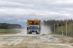 gli autocarri con cassone ribaltabile Gran-gialli della cava producono il trasporto dei minerali Immagine Stock Libera da Diritti