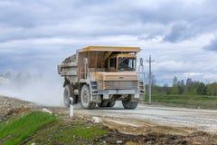 gli autocarri con cassone ribaltabile Gran-gialli della cava producono il trasporto dei minerali fotografie stock