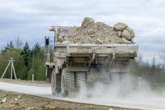 gli autocarri con cassone ribaltabile Gran-gialli della cava producono il trasporto dei minerali Fotografia Stock