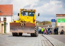 Gli azionamenti del trattore di Kirowez K 700 del Russo su una manifestazione del oldtimer attraverso altentreptow Germania a pos Fotografia Stock
