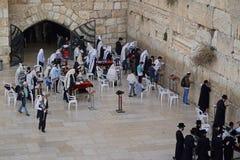 Gli ebrei adorano alle pietre della parete occidentale Immagini Stock