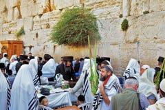 Gli ebrei nel tallit bianco tradizionale Immagine Stock Libera da Diritti