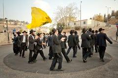 Gli ebrei ortodossi ballano nelle vie di Gerusalemme immagini stock