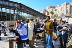 Gli ebrei pregano sotto il passaggio pedonale al supporto del tempiale Immagini Stock