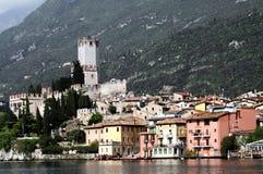Gli edifici di Malcesine si avvicinano al lago Lago di Garda Immagine Stock