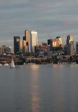 Gli edifici di Seattle hanno riflesso nell'unione del lago al tramonto Fotografia Stock