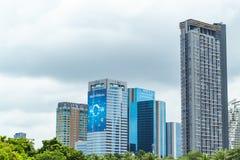 Gli edifici per uffici e gli uffici della banca nel centro urbano hanno individuato il opp fotografia stock libera da diritti