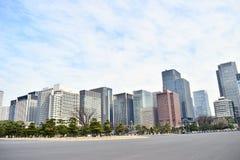 Gli edifici per uffici marroni e grigi moderni nel centro del Giappone Tokyo finanziano il settore commerciale fotografia stock libera da diritti