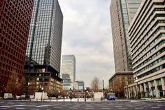 Gli edifici per uffici marroni moderni nel centro del Giappone Tokyo finanziano il settore commerciale fotografie stock