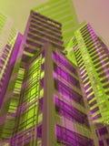 Gli edifici residenziali moderni del talll porpora e verde ragruppano in grande città immagine stock