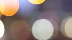 Gli effetti della luce dorati Defocused dei cerchi, sottraggono il fondo vago del boche di moto archivi video