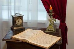 Gli effetti personali personali antichi nel museo di Leontovich guardano le note del gancio immagine stock
