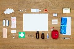 Gli elementi della cassetta di pronto soccorso hanno allineato su superficie di legno con lo spazio AR della copia Immagine Stock Libera da Diritti