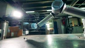 Gli elementi di un robot di collaborazione stanno muovendo stock footage