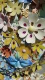 Gli elementi variopinti del fiore del suface della scultura con alto contrasto di luce del giorno ombreggiano la colata immagine stock libera da diritti