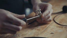 Gli elettricisti fila le viti facendo uso di un cacciavite sulla retro-spina Fotografie Stock